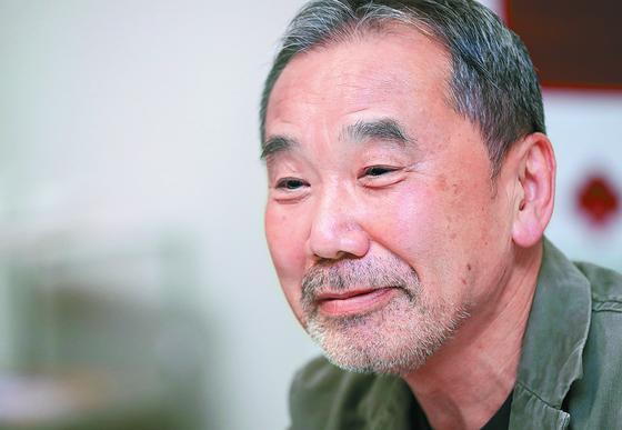 일본 작가 무라카미 하루키가 2018년 와세다대에서 기자회견을 하고 있다. [지지통신]