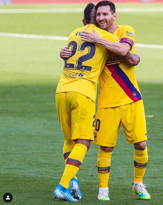 바르셀로나 메시(오른쪽)가 결승골을 합작한 비달과 포옹하고 있다. 이날 어시스트를 올린 메시는 20골 20도움 대기록을 작성했다. [사진 바르셀로나 인스타그램]