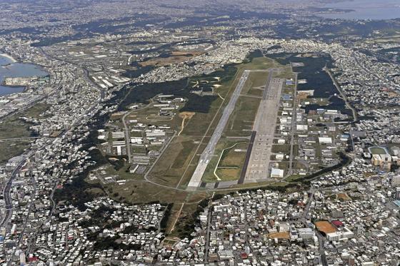 일본 오키나와현 본섬 기노완시에 있는 후텐마 비행장 항공 사진. 후텐마 비행장과 또 다른 기지인 캠프 핸슨은 코로나19 확산으로 최근 기지가 봉쇄됐다. [AP=연합뉴스]