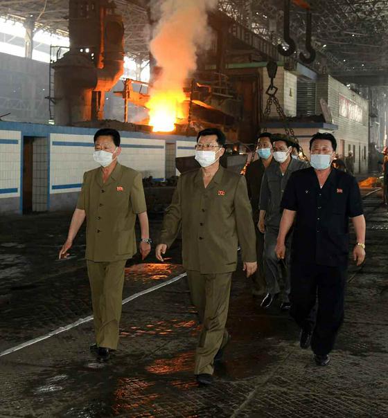북한 김재룡(왼쪽 둘째) 내각 총리가 천리마제강기업소를 현지시찰했다고 북한 노동당 기관지 노동신문이 12일 전했다. [사진 뉴스1]