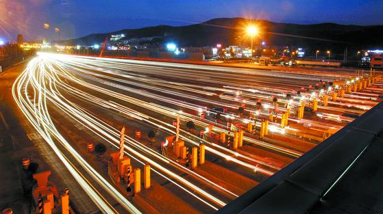 경부고속도로 서울요금소를 통해 서울로 들어가는 차량과 서울을 빠져나가는 차량들의 불빛. 중앙포토