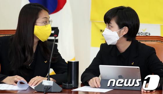 21대 총선에서 정의당 비례대표로 당선된 류호정(오른쪽), 장혜영 의원이 지난 4월 16일 서울 여의도 국회에서 열린 중앙선대위 해단식에서 대화를 하고 있다. [뉴스1]