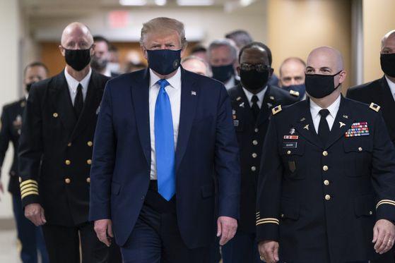 도널드 트럼프 미국 대통령이 11 일 (현지시간) 미 메릴랜드주 베데스다의 월터 리드 국립 군의료원을 방문, 마스크를 쓰고 복도를 걷고 있다. [EPA=연합뉴스]