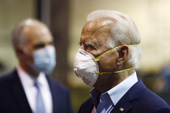 민주당 대선 후보 조 바이든 전 부통령이 지난 9일(현지시간) 마스크를 착용한 채 금속 가공 시설인 맥그리거 인더스트리즈(McGregor Industries)를 둘러보고 있다. [AP=연합뉴스]