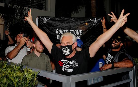 도널드 트럼프 미국 대통령의 오랜 친구이자 2016년 대선 정치 보좌관인 로저 스톤이 10일 밤 자신에 대한 대통령의 사면 결정을 전해 들은 뒤 플로리다 포트로더데일 자택 앞에서 승리의 'V'자를 만들어 보이며 환호하고 있다.[로이터=연합뉴스]
