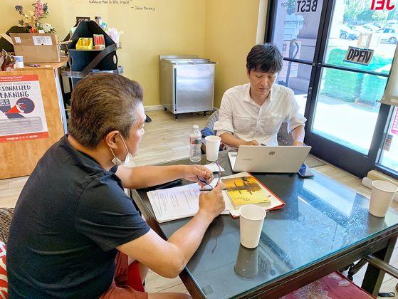 이혁진(왼쪽) 옵티머스자산운용 전 대표가 9일(현지시간) 미국 캘리포니아 새너제이 사무실에서 LA중앙일보 기자에게 2018년 3월 22일 출국 당시 항공 예약자료를 보여주고 있다. LA중앙일보 김상진 기자