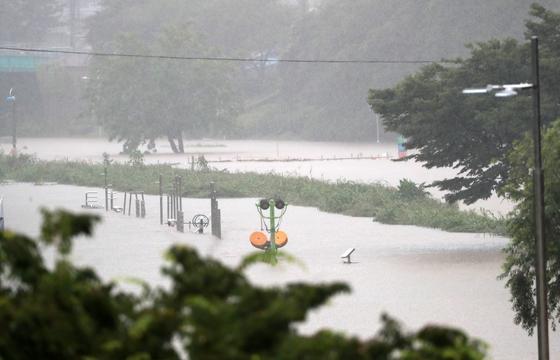 지난 10일 호우 경보가 내린 부산에 내린 비로 온천천 시민공원이 물에 잠긴 모습. 12일부터 14일까지 정체전선의 영향으로 남부지방에 100~200㎜가 넘는 많은 비가 예상돼, 산사태, 침수피해 등에 대비해야한다. 연합뉴스