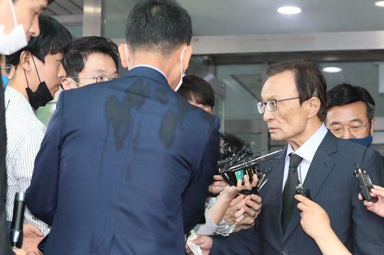 이해찬 더불어민주당 대표가 지난 10일 박원순 시장의 의혹에 대한 당 차원의 대응 계획을 묻는 질문에 대해 불쾌함을 표하며 질문한 기자를 노려보는 모습. 장진영 기자