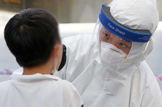 10일 오후 광주 이동식선별진료소에서 시민들이 신종 코로나바이러스 감염증(코로나19) 검사를 받고 있다. 뉴스1