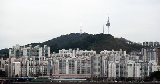 정부가 부동산 증여 시 취득세 인상을 검토하고 있다. 사진은 서울 성동구의 아파트 단지. 연합뉴스