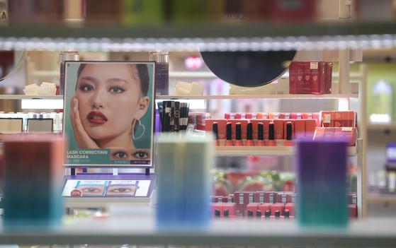 지난 3월 10일 오후 서울 중구 명동 화장품 가게에 진열된 화장품. 뉴스1