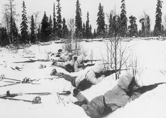 스키와 설상복을 착용하고 교전 중인 핀란드군. 지형지물을 이용한 유격전으로 뛰어난 전과를 올렸다. [위키피디아]