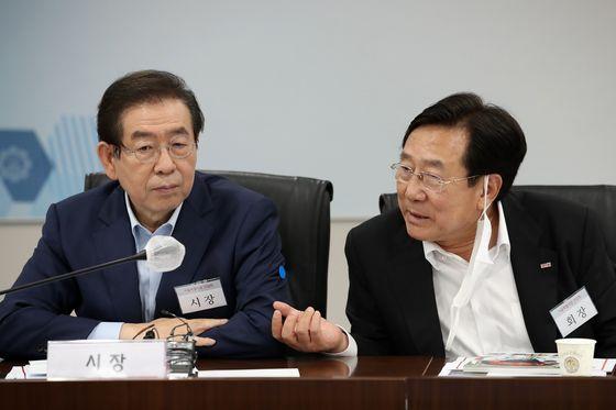 고(故) 박원순 서울시장(왼쪽)과 김기문 중소기업중앙회장. 뉴스1
