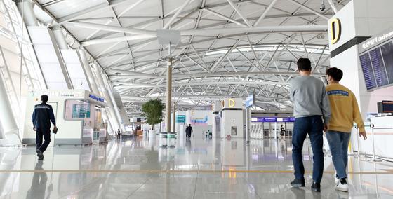 지난 3월 코로나19 확산으로 인해 인천국제공항 제2터미널 출국장이 한산한 모습을 보이고 있다. [뉴스1]