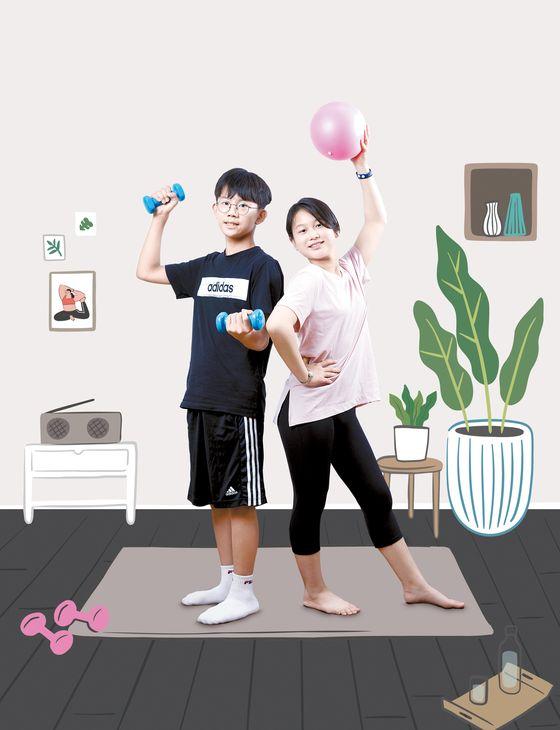 김승찬(경기도 미사강변중 2·왼쪽) 학생기자·오은교(경기도 상하초 6) 학생모델이 집에서 간단하게 할 수 있는 홈트 방법에 대해 알아봤다. 간단한 도구를 안전하게 이용하면 운동 효과도 높일 수 있다.