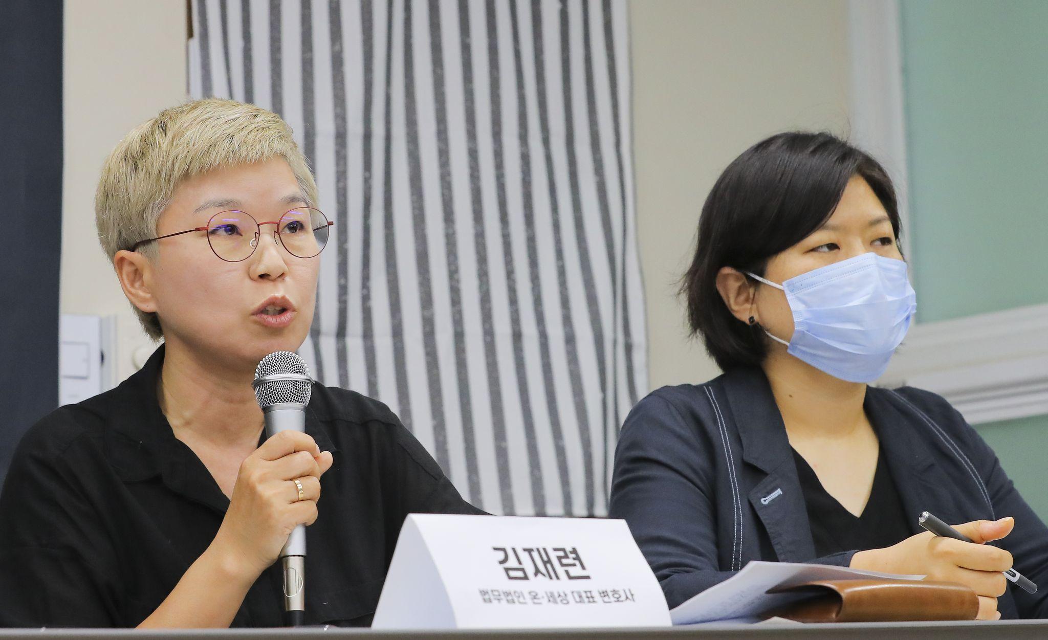 13일 오후 서울 은평구 한국여성의 전화에서 열린 서울시장에 의한 성추행 사건 기자회견에서 피해자 대리인 김재련 변호사(왼쪽)가 사건의 경위를 설명하고 있다. 연합뉴스