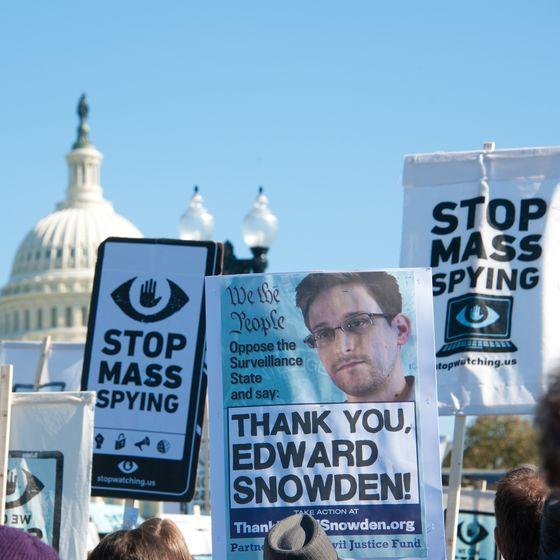 2013년 미국 워싱턴DC에서 에드워드 스노든을 옹호하는 시위가 열리고 있다. 스노든은 미국 국가안보국(NSA)의 대규모 민간 감시 시스템 실체를 폭로한 내부고발자다. [셔터스톡]