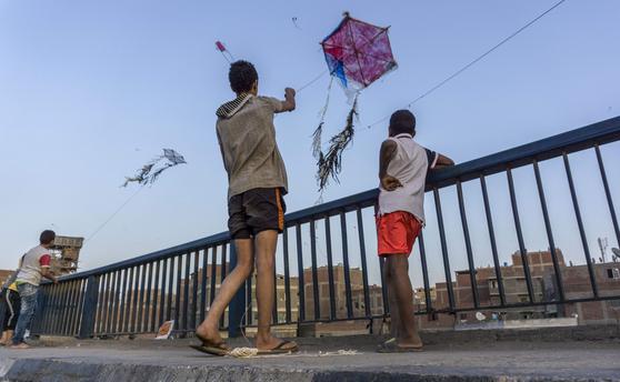 이집트에서 연 날리기가 단속대상이 됐다. 사진은 지난 5월 이집트 아이들이 코로나 봉쇄 기간 동안 소일거리로 연을 날리고 있는 모습 [AFP=연합뉴스]