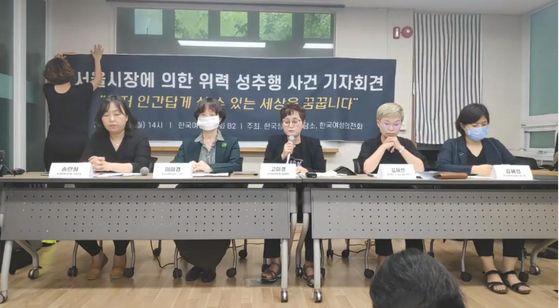 """13일 서울 은평구 한국여성의전화 사무실에서 열린 '서울시장에 의한 위력 성추행 사건 기자회견'에서 고소인 A씨는 """"저도 살아있는 사람""""이라고 호소했다. 한국여성의전화 유튜브 캡처"""