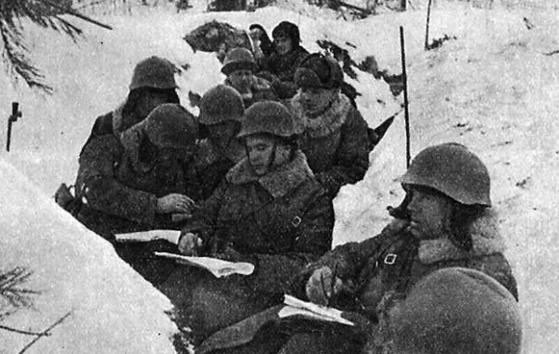 공격 준비 중인 소련군. 이들은 겨울에 전쟁을 시작했지만 설상복이 없어 핀란드 저격병에게 쉽게 노출되면서 엄청난 곤혹을 치렀다. [위키피디아]