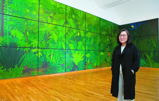 금호미술관 3층 전시장 '더 데이즈' 작품 앞에 선 김보희 작가. 이 그림은 시작에서 완성까지 2년 6개월이 걸렸다. 권혁재 사진전문기자