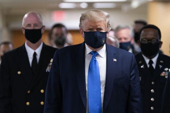 11일(현지시간) 공식 석상에 처음으로 마스크를 쓰고 나타난 트럼프 대통령. [UPI=연합뉴스]