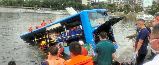 지난 7일 대입 수험생들이 타고 있던 버스가 저수지로 추락해 21명이 사망하고 16명이 다쳤다. 경찰은 버스 운전자가 집 철거에 불만을 품고 고의 추락한 것으로 보고 있다. [웨이보]