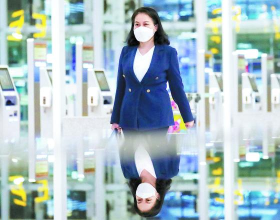 유명희 산업통상자원부 통상교섭본부장이 오는 15~17일 스위스 제네바에서 열리는 세계무역기구(WTO) 이사회에 참석하기 위해 지난 11일 인천공항을 통해 출국하고 있다. [뉴스1]