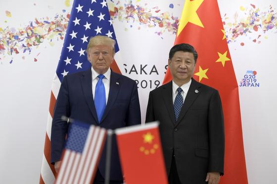 도널드 트럼프 미국 대통령은 무역, 코로나19 문제 등과 관련해 중국을 노골적으로 비난하고 있지만 정작 중국은 트럼프의 재선을 원하고 있다는 분석이 나온다. 사진은 지난해 6월 오사카에서 열린 주요 20개국(G20) 정상회의 당시 회동한 트럼프 대통령과 시 주석.[연합뉴스]