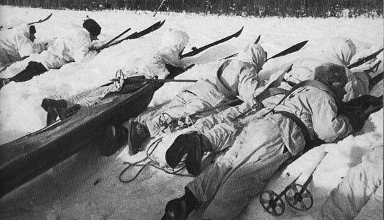 겨울전쟁 중 활약했던 핀란드군 스키부대.하양 설상복을 입어 눈속에서 쉽게 눈에 띄지 않는다. [위키피디아]