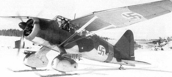 겨울전쟁 당시 핀란드의 스키 착륙 비행기.하이켄크로이츠 마크는 나치독일과 흡사하지만 나치와 무관하게 당시 핀란드도 이를 별도로 휘장으로 사용하다 최근에야 이를 폐기했다. [위키피디아]