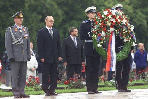 핀란드를 방문한 블라디미르 푸틴 러시아 대통령이 만네르하임 원수의 묘지에 헌화하고 있다. 만네르하임의 묘지는 핀란드 독립과 위엄, 자존의 상징이다.[중앙포토]