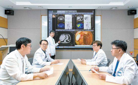 아주대병원 대장암센터 의료진이 모여 간에 암세포가 전이된 대장암 4기 환자의 절제 수술 부위와 치료 계획에 대해 논의하고 있다. 김동하 객원기자