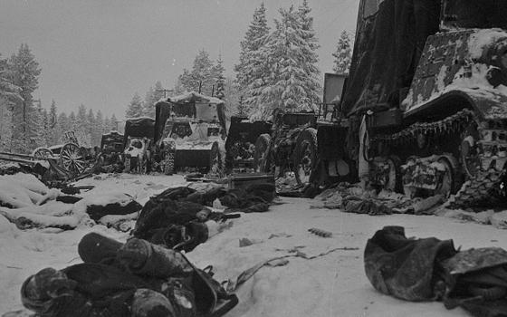 도로에서 핀란드군의 습격을 받아 전멸한 소련군 부대의 잔해. 공산제국주의 국가 소련이 작은 나라를 얕보고 침략한 대가는 이처럼 혹독했다. [위키피디아]