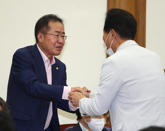 오세훈 전 서울시장(오른쪽)과 홍준표 무소속 의원(왼쪽). 뉴스1