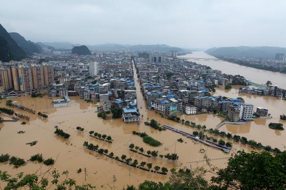11일 중국 광시좡족자치구 류저우시의 건물들이 폭우로 불어난 강물에 잠겨 있다. 12일까지 중국 전역에서 홍수로 3800만명의 이재민이 발생하고, 14조원이 넘는 경제손실이 발생했다. [EPA=연합뉴스]