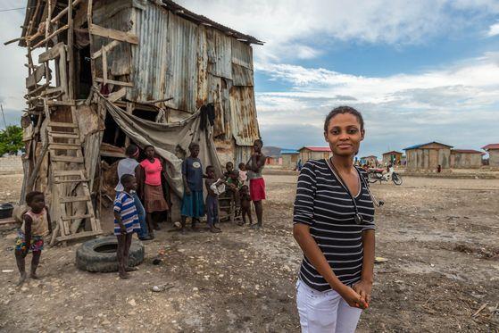 2013년, 아이티 수도 포르토프랑스에서 4시간 차를 타고 간척지에 도착했다. 컴패션 졸업생으로 의사가 되었다는 켄시아가 쉬는 날 컴패션 어린이센터로 자원봉사를 나와 진료를 본다는 지역이었다. [사진 허호]