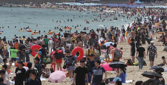 지난해 부산 해운대구 해운대 해수욕장에 피서객이 몰려있다. 코로나19 재확산으로 올해 여름휴가는 집에서 보낸다는 이들이 지난해와 비교해 5배 이상 늘었다. 중앙포토