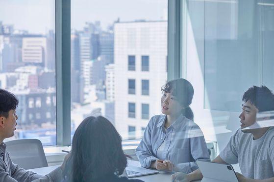'토스'를 운영하는 비바리퍼블리카에는 '리더'와 '매니저' 두 개의 직급밖에 없다. 수평적인 조직 문화를 강조하기 위해서다. 창업자인 이승건 대표 역시 사내에선 서비스 토스를 이끄는 '리더'다. 직원들은 이 대표를 '승건님'이라고 부른다. [비바리퍼블리카]