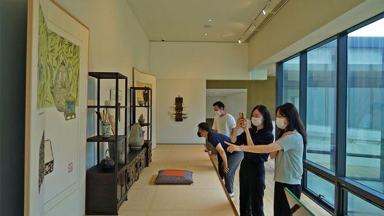 [경주엑스포 솔거미술관을 방문한 관람객들이 작가의 방을 재현해 꾸며놓은 '미술관 속 아틀리에'를 보고 있다.]