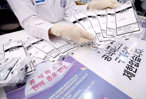 공적 마스크 제도가 12일부터 폐지된다. 서울 한 약국에서 약사가 공적 마스크를 정리하고 있다.연합뉴스
