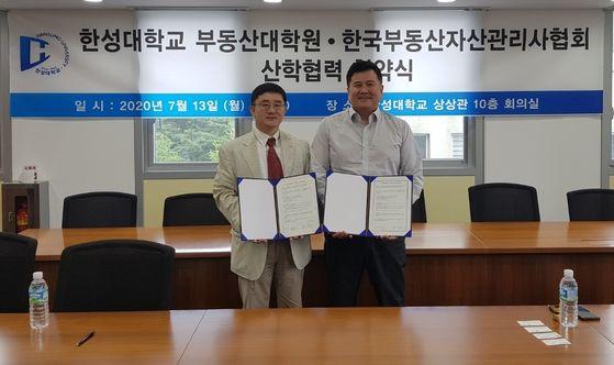 업무협약식 모습1(사진 왼쪽 남두희 부동산대학원장, 오른쪽 김민수 한국부동산자산관리사협회)