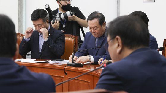 윤호중 더불어민주당 의원(왼쪽 두 번째)이 8일 오전 국회에서 열린 최고위원회의에서 김태년 원내대표 발언 중 안경을 고쳐쓰고 있다. 임현동 기자