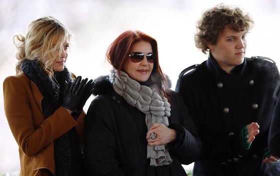 엘비스 프레슬리의 아내 프리실라 프레슬리(가운데)와 손녀(왼쪽) 그리고 오른쪽이 엘비스 프레슬리의 유일한 손자인 벤자민 키오. [EPA=연합뉴스]