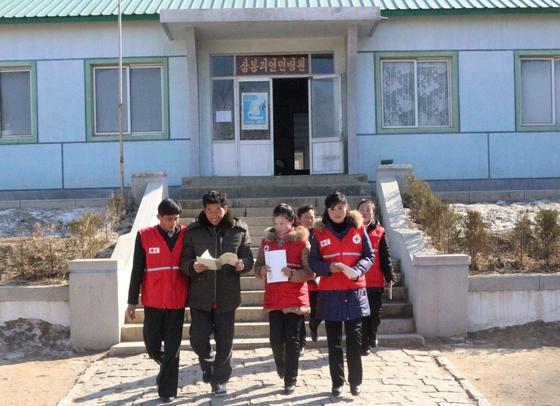 """국제적십자연맹(IFRC)은 북한에 코로나19 대응과 관련한 의료 장비 및 진단 키트를 지원하기 위해 유엔이 대북 제재를 면제했다고 밝혔다.  IFRC는 2월 24일(현지시간) 성명을 발표하고 """"북한에서 코로나19가 발병할 경우 이미 인도적 지원이 필요한 수백만 명의 사람들에게 위협이 될 것""""이라고 지적했다.  연합뉴스"""