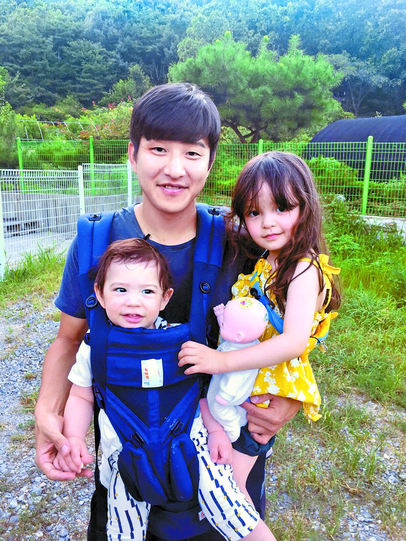 프로축구 울산 현대 박주호가 딸 나은이, 아들 건후를 안고 있다. [중앙포토]
