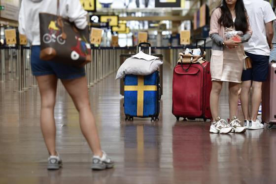 지난 2일 스웨덴 스톡홀름 알란다 공항에서 여행객들이 수속 준비를 하고 있다. [EPA=연합뉴스]
