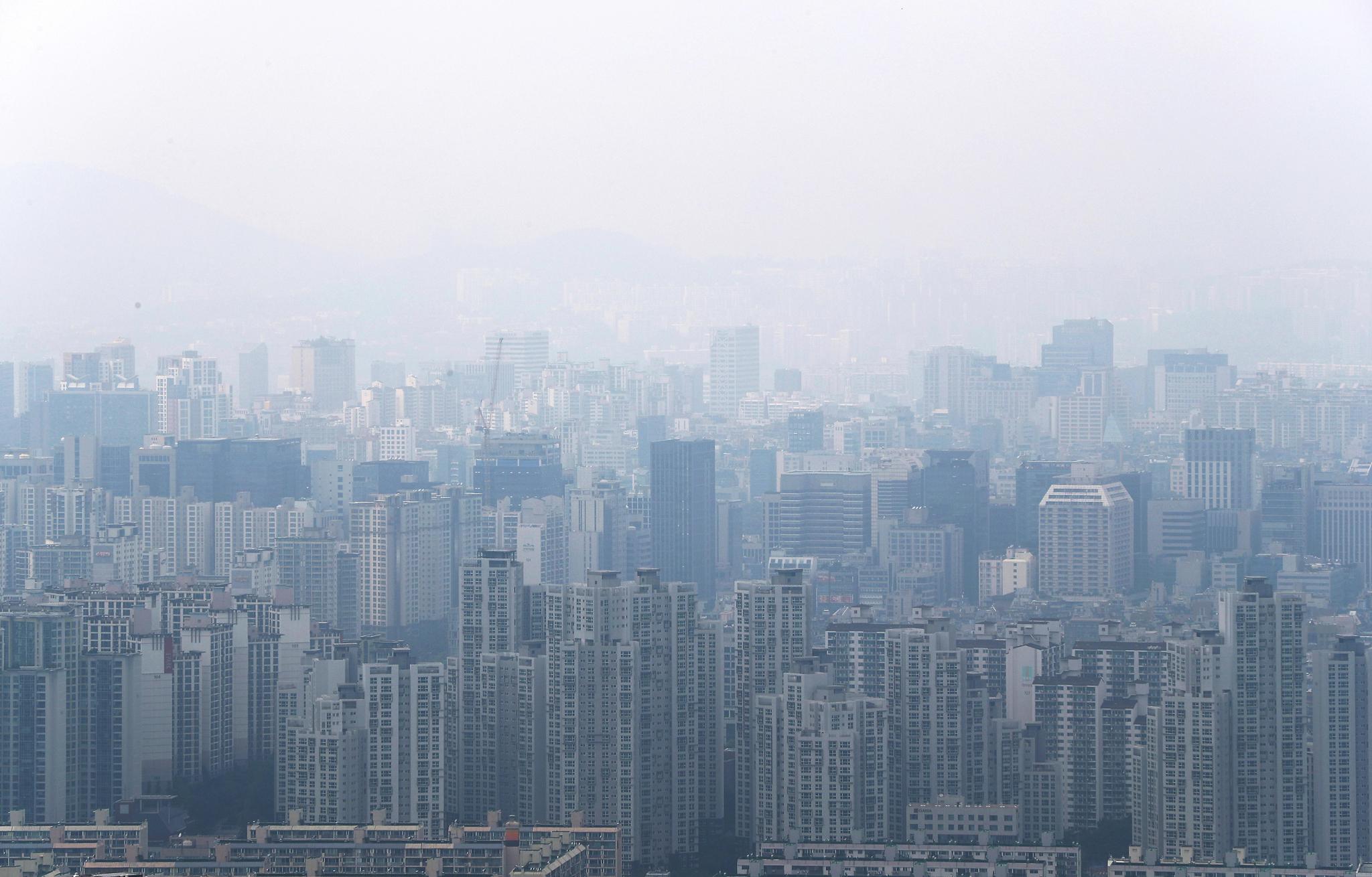 지난 8일 오후 강남구 대모산 정상에서 바라본 대치동 일대에 '똘똘한 한 채'로 불리는 아파트가 빽빽하게 들어차 있다. 연합뉴스