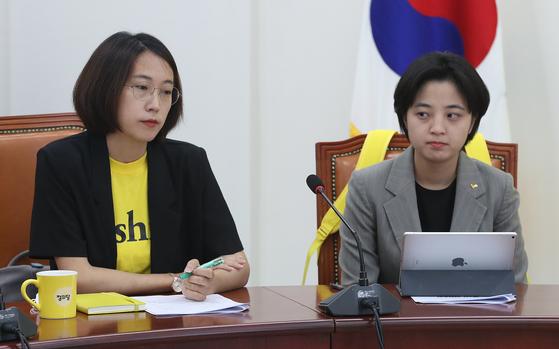 류호정(오른쪽), 장혜영 의원이 지난달 6일 9일 오전 서울 여의도 국회에서 열린 정의당 의원총회에 참석해 심상정 대표의 모두발언을 경청하고 있다. 뉴스1