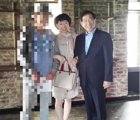 진혜원 검사가 13일 자신의 페이스북에 고 박원순 시장과 함께 팔짱을 끼고 찍은 사진을 올렸다. [사진 페이스북]